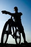 Silhouet van een mens op de fiets Stock Afbeeldingen