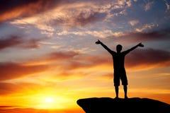 Silhouet van een mens op een bergbovenkant Stock Fotografie