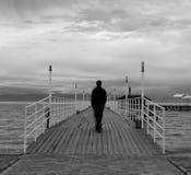 Silhouet van een mens op een kade Royalty-vrije Stock Foto's