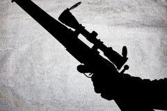 Silhouet van een militaire karabijn op een steenachtergrond Wapens in de mannelijke hand Jachtgeweer voor lange afstand het schie stock afbeelding