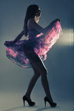 Silhouet van een mooie vrouw die in purpere kleding in studi dansen stock afbeeldingen