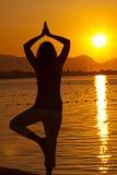 Silhouet van een mooie vrouwen excercising Yoga Stock Afbeeldingen