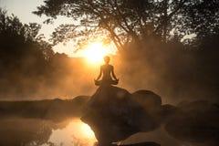 Silhouet van een mooie Yogavrouw in de ochtend royalty-vrije stock foto's