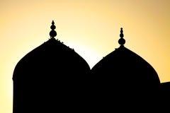 Silhouet van een moskee in de zonsonderganghemel Stock Afbeelding
