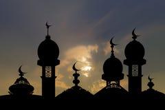 Silhouet van een moskee op een achtergrond van hemel Royalty-vrije Stock Afbeeldingen