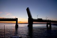Silhouet van een open ophaalbrug Stock Fotografie