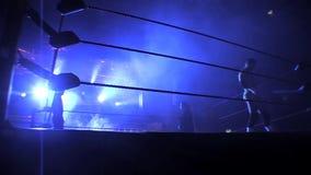 Silhouet van een Proworstelaar in een het Worstelen Ring stock videobeelden