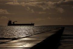 Silhouet van een schip Stock Afbeeldingen