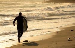 Silhouet van een surfer stock afbeeldingen