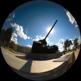 Silhouet van een tank die de zon met zijn snuit behandelt Stock Foto