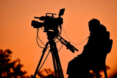 Silhouet van een TV-cameraman Royalty-vrije Stock Afbeeldingen
