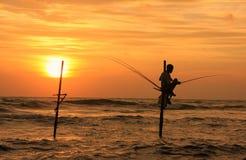 Silhouet van een visser bij zonsondergang, Unawatuna, Sri Lanka Stock Foto's
