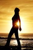 Silhouet van een vrouw bij zonsondergang. royalty-vrije stock afbeeldingen