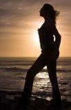 Silhouet van een vrouw bij zonsondergang. royalty-vrije stock fotografie