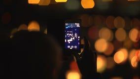 Silhouet van een vrouw met een telefoon Festival van waterlantaarns stock video