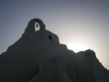 Silhouet van een Witte Pleisterkerk op Mykonos in Griekenland Stock Afbeeldingen