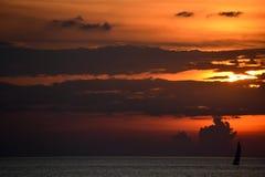 Silhouet van eenzame zeilboot op meer Erie bij zonsondergang Royalty-vrije Stock Afbeeldingen