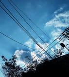 Silhouet van elektrische draad met wolken Stock Afbeelding