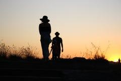 Silhouet van familie het letten op zonsondergang op het landbouwbedrijf van Sydney Stock Foto's