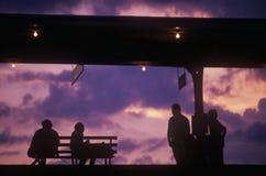 Silhouet van forenzen op treinplatform Stock Foto's
