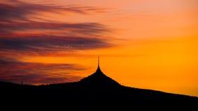 Silhouet van Gegekscheerde berg in zonsondergangtijd, Liberec, Tsjechische Republiek Royalty-vrije Stock Fotografie