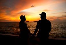 Silhouet van gelukkig jong paar Royalty-vrije Stock Afbeelding