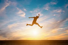 Silhouet van gelukkige mensensprong op weg royalty-vrije stock foto