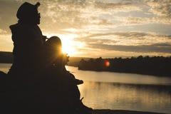 Silhouet van gelukkige oude vrouwenrugzak stock fotografie