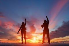 Silhouet van gelukkige twee bedrijfsmensen stock afbeelding