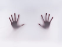 Silhouet van handen op een nevelige achtergrond Royalty-vrije Stock Foto