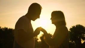Silhouet van heer het kussen hand aan vrouw, hoger paar in Romaanse liefde, stock videobeelden