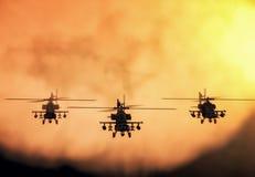 Silhouet van helikopter, de helikopterverrichtingen van de militairenredding op de achtergrond van de zonsonderganghemel Helikopt vector illustratie