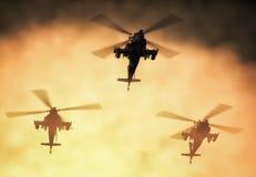 Silhouet van helikopter, de helikopterverrichtingen van de militairenredding op de achtergrond van de zonsonderganghemel Helikopt royalty-vrije illustratie