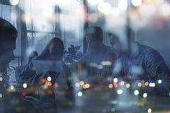 Silhouet van het bedrijfsmensenwerk samen in bureau Concept groepswerk en vennootschap Dubbele blootstelling royalty-vrije stock foto