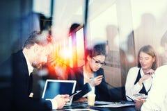 Silhouet van het bedrijfsmensenwerk samen in bureau Concept groepswerk en vennootschap Dubbele blootstellingsgevolgen royalty-vrije stock afbeeldingen