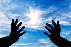 Silhouet van het bidden handen stock foto's