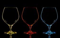 Silhouet van het glas van de kleurenwhisky op zwarte Stock Foto