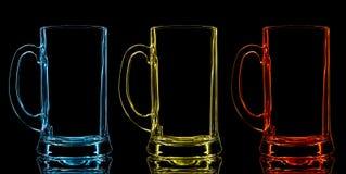 Silhouet van het glas van het kleurenbier op zwarte achtergrond Stock Foto's