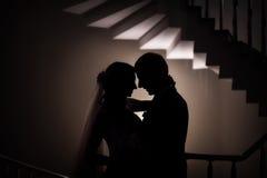 Silhouet van het huwelijk de bruid en bruidegomliefde Stock Afbeeldingen