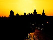Silhouet van het kasteel bij zonsondergang stock foto