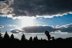 Silhouet van het koesteren van kerel en meisje Royalty-vrije Stock Afbeelding