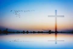 Silhouet van het kruis bij de achtergrond van de meermening Royalty-vrije Stock Foto's