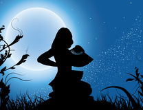 Silhouet van het meisje met een ventilator in een volle maan Stock Fotografie