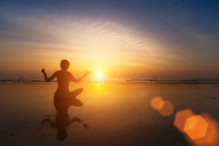Silhouet van het Praktizeren van de Vrouw Yoga Stock Afbeelding