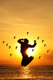 Silhouet van het Springen van de Vrouw stock afbeeldingen