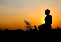 Silhouet van het standbeeld van Boedha Stock Foto's