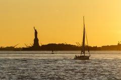 Silhouet van het Standbeeld van Vrijheid stock foto