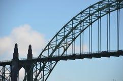 Silhouet van Historische Yaquina-Baaibrug in Nieuwpoort, Oregon royalty-vrije stock fotografie