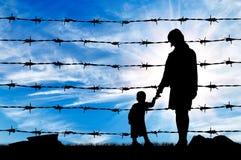 Silhouet van hongerig vluchtelingenmoeder en kind Stock Afbeeldingen