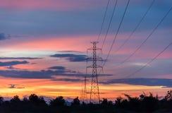 Silhouet van hoogspanningstorens stock afbeeldingen
